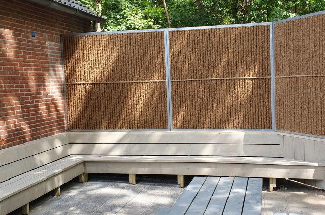 nieuwe terrasbank met geluidwerend scherm